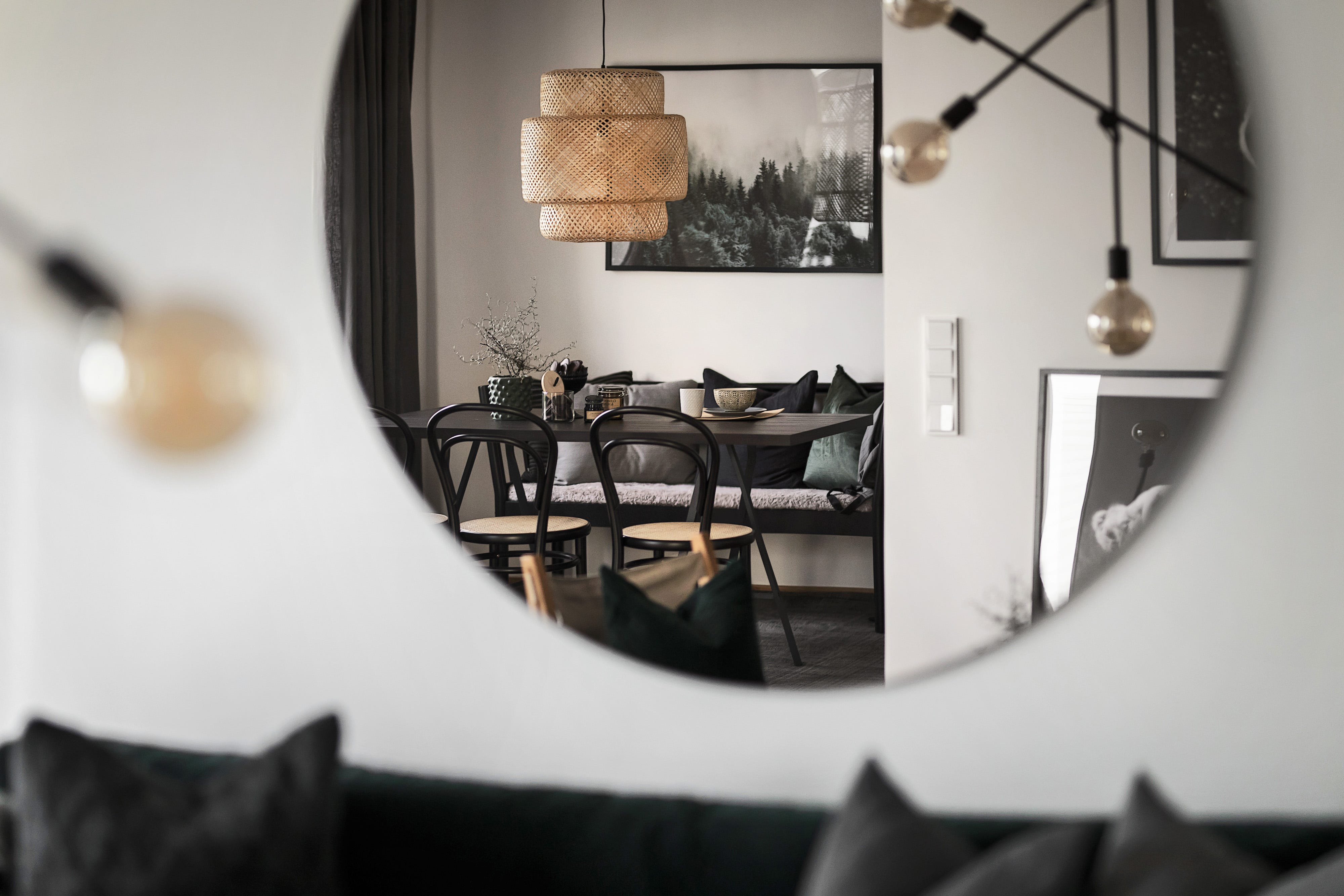 Mirror_with_focus_on_lamp_and_diningroom.jpg